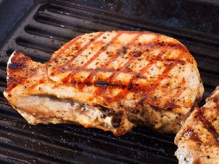 Мариновани карета / котлети с кост от свинско месо (стекове) с марината от мащерка, риган и бяло вино печени на скара или грил тиган - снимка на рецептата